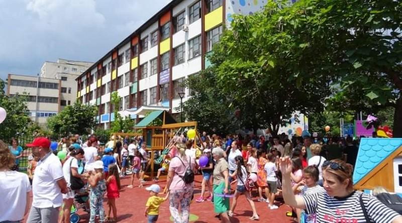 """(VIDEO) Un nou spaţiu dedicat copiilor din cartierul Ostroveni, în vecinătatea Şcolii gimnaziale """"Anton Pann"""""""