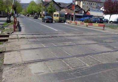 Evitaţi trecerile de cale ferată de pe bulevardul Nicolae Bălcescu şi de pe strada Mihai Eminescu – încep lucrările de amenajare cu dale elastice!