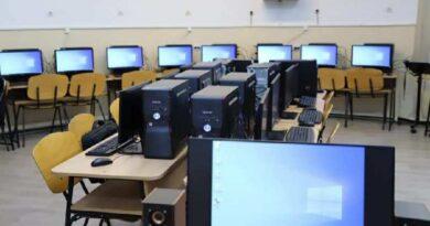 """Primăria Râmnicului a dotat Catedra de informatică a Colegiului Naţional """"Mircea cel Bătrân"""" cu 31 de calculatoare performante"""